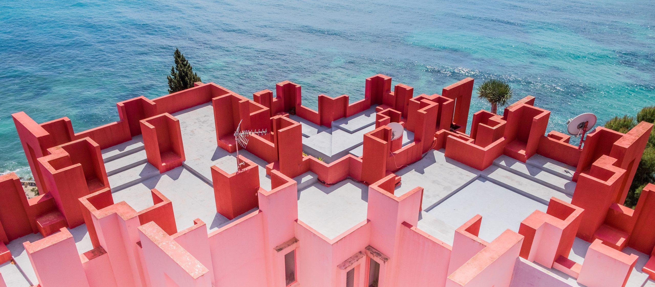 La Muralla Roja ที่พักตากอากาศสีพาสเทลริมทะเลเมดิเตอร์เรเนียนที่สวยและสงบมาก