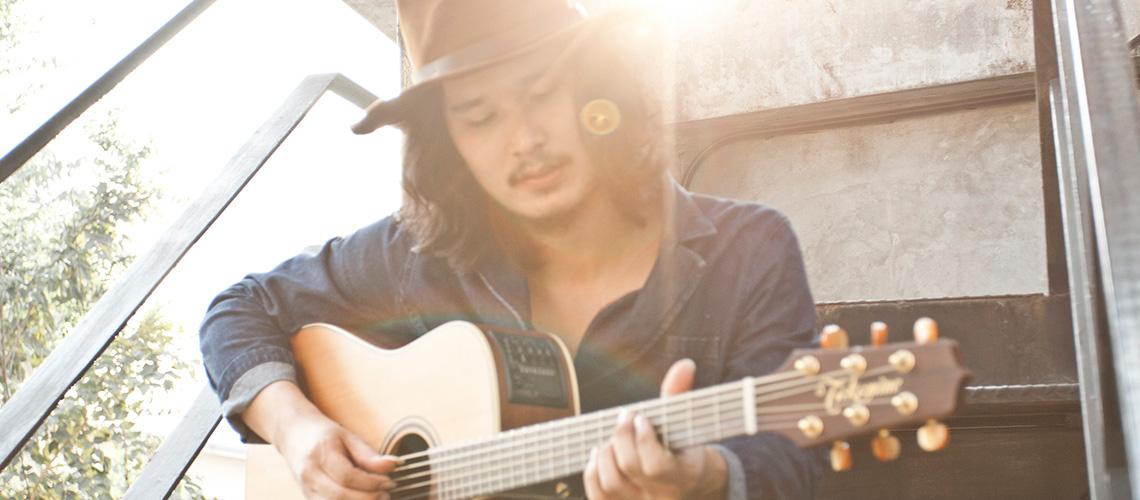 ชาติ สุชาติ : ศิลปินหนุ่มเสียงนุ่ม เจ้าของเพลงฮิต 'การเดินทาง'