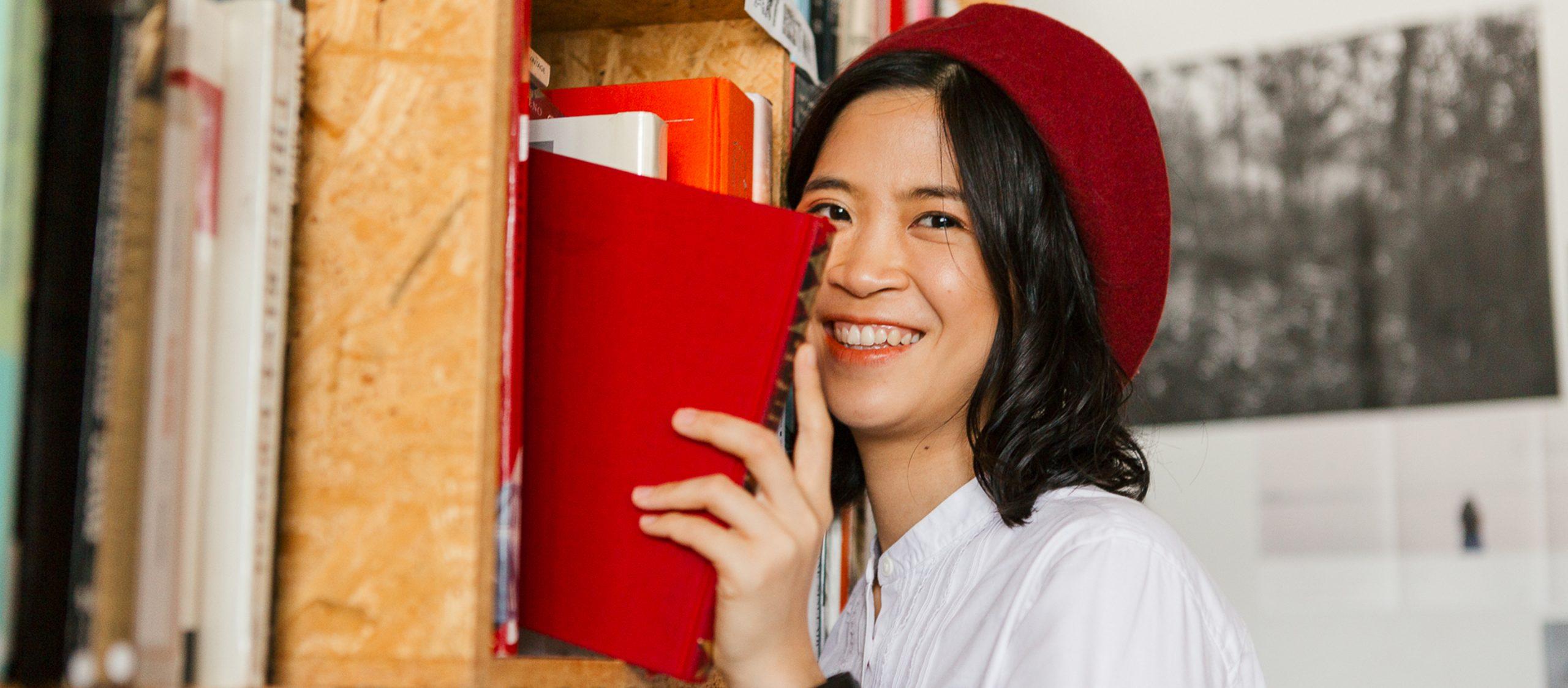 ฟาน.ปีติ : หญิงสาวผู้โลดแล่นผ่านร้านหนังสือในลอนดอนจนเจออลิซ แม่มด และยาวิเศษ