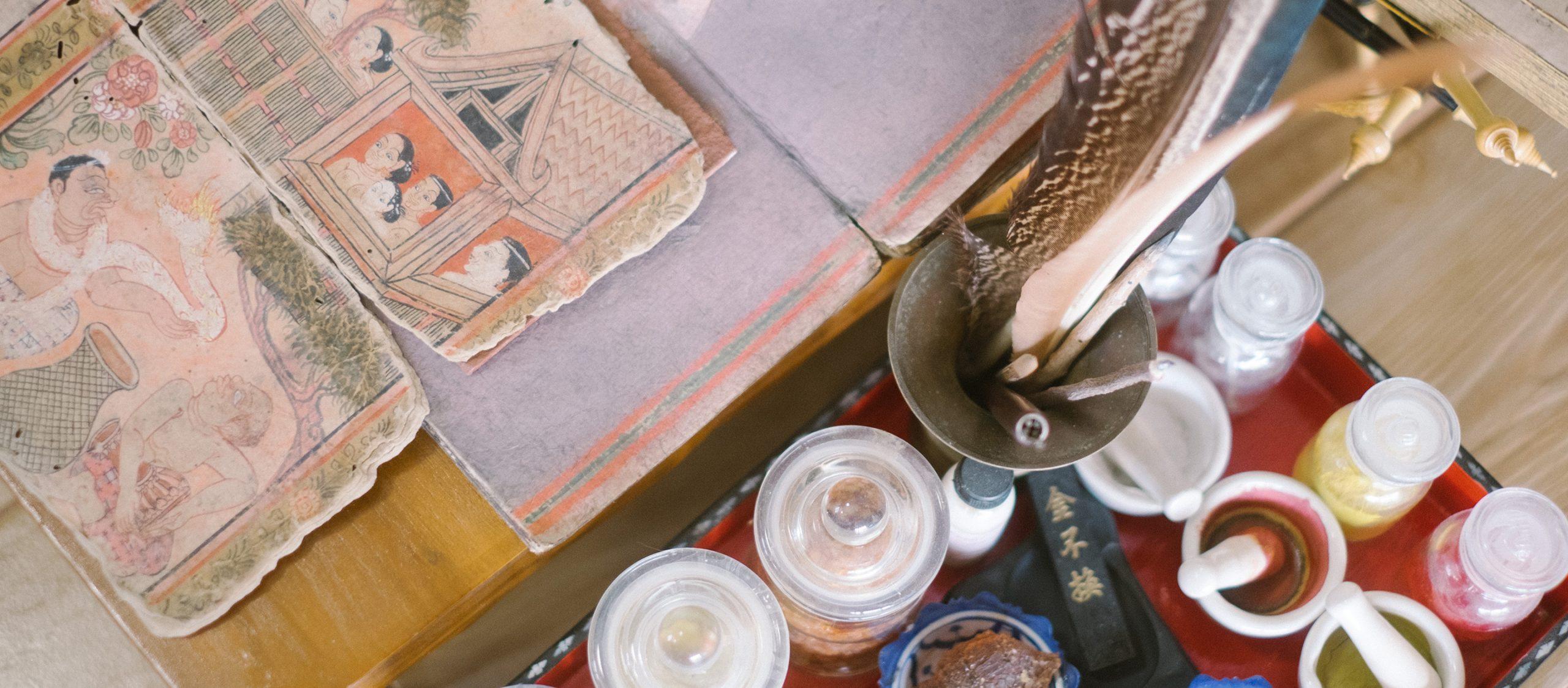 เขียนอักษรศิลป์โบราณและอนุรักษ์วัฒนธรรมพื้นถิ่นกับเพจ 'อักษราร้อยวลีลิขิต'