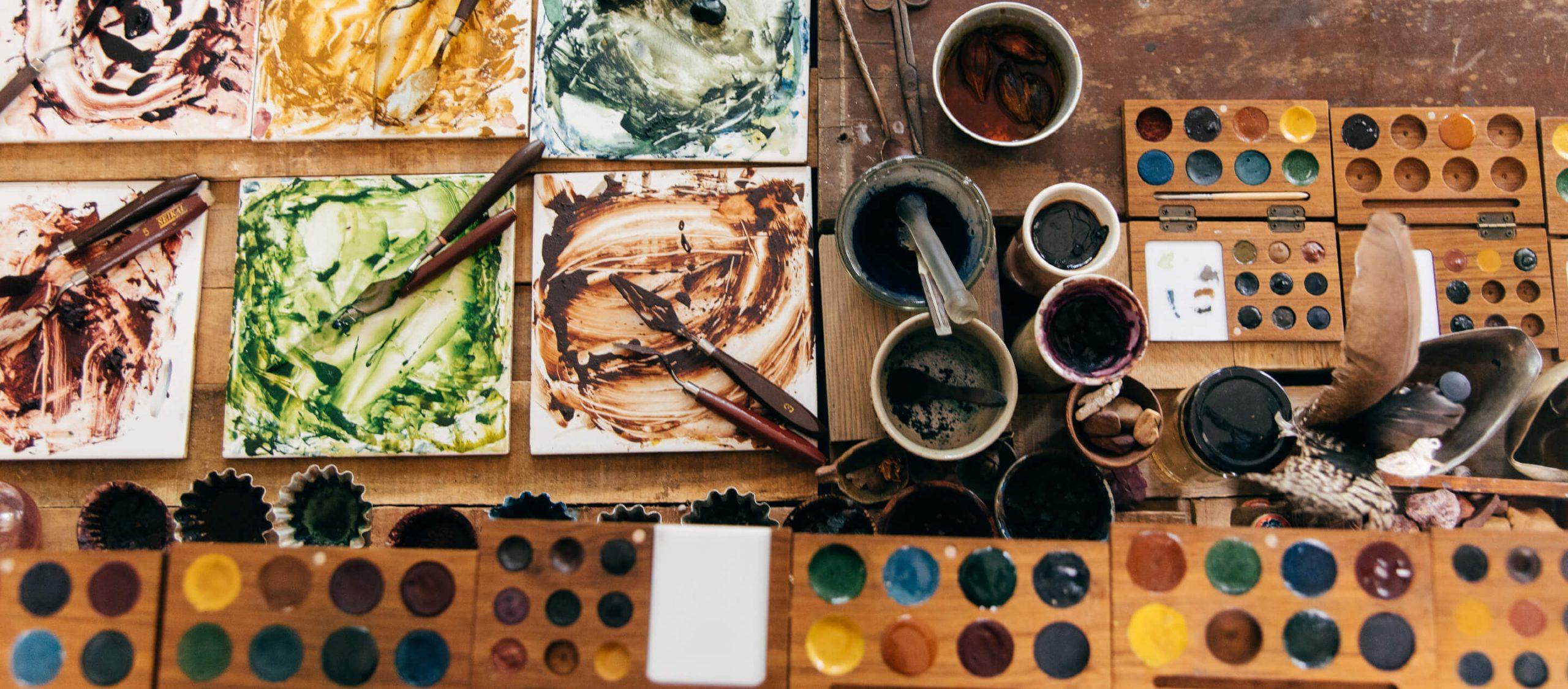 ตามศิลปินผู้แพ้สีเคมีไปเก็บหิน ดิน และดอกไม้มาทำสีธรรมชาติที่สตูดิโอ