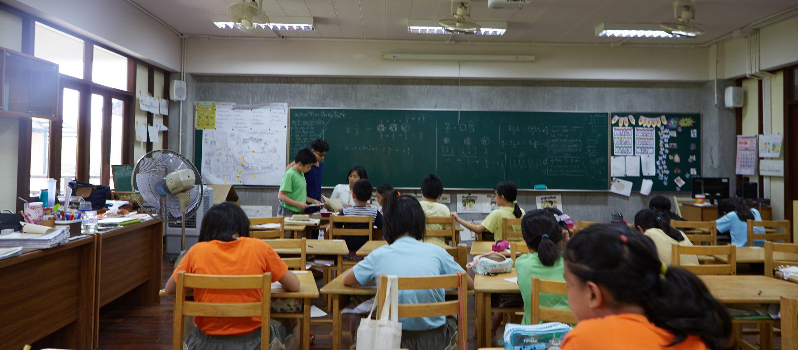 """""""เราทำอะไรและใครตกหล่นไปบ้างในระบบการศึกษาของประเทศไทย"""" – กุลธิดา รุ่งเรืองเกียรติ"""
