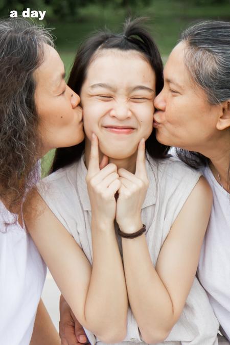 ศิริวรรณ พรอินทร์ และแม่ทั้งสองคนแสดงความรักต่อกัน