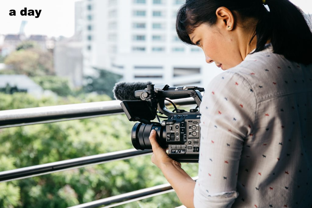 ไพลิน วีเด็ล และกล้องที่เธอใช้ถ่ายทำข่าว