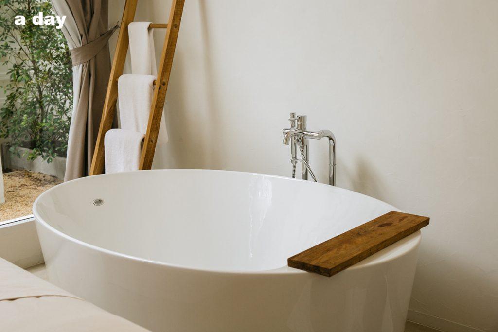 White Wood Green Spa Bathtub
