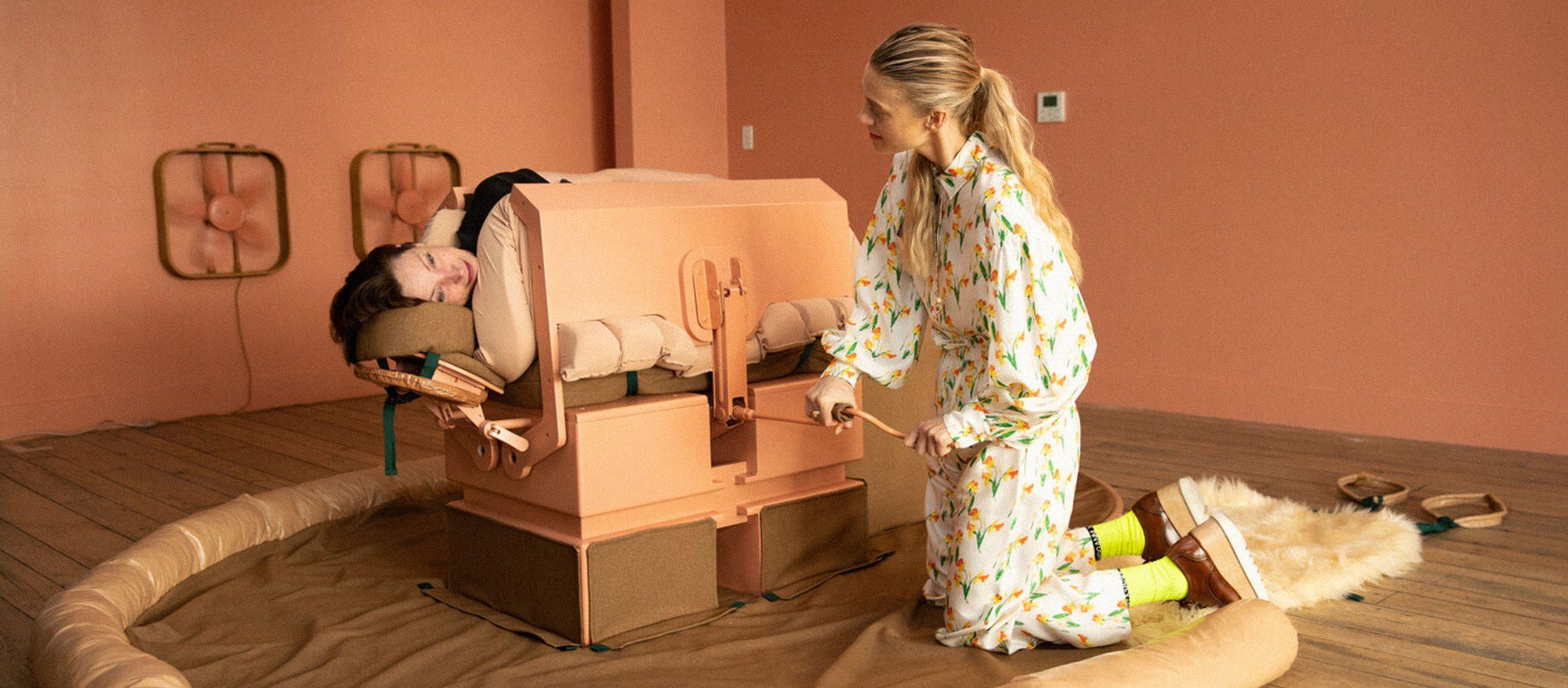 เตียงกอดได้ ชุดกอดทางไกล และโทรศัพท์เลียหู เมื่องานศิลปะกอดเราได้เหมือนมนุษย์?